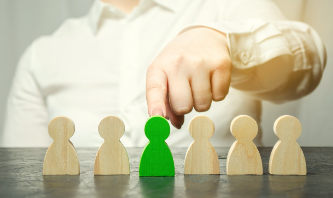 woman-leader-chooses-the-person-in-the-the-team-human-resource-management-talented-worker-hiring_t20_xRmd08fdbfs